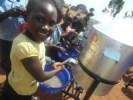 <em>Tippy-tap</em> w warunkach szkolnych – proste urządzenie do mycia rąk, a w warunkach tropikalnych chroni zdrowie i życie dzieci